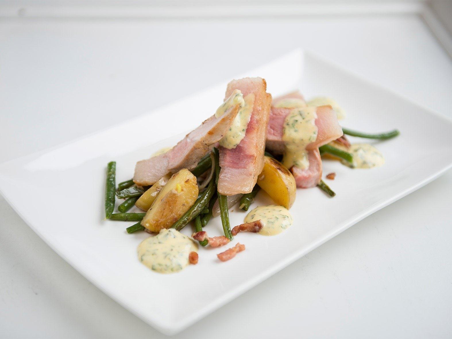 Couronne de porc grillée et sa sauce béarnaise, accompagnée d'une salade printanière