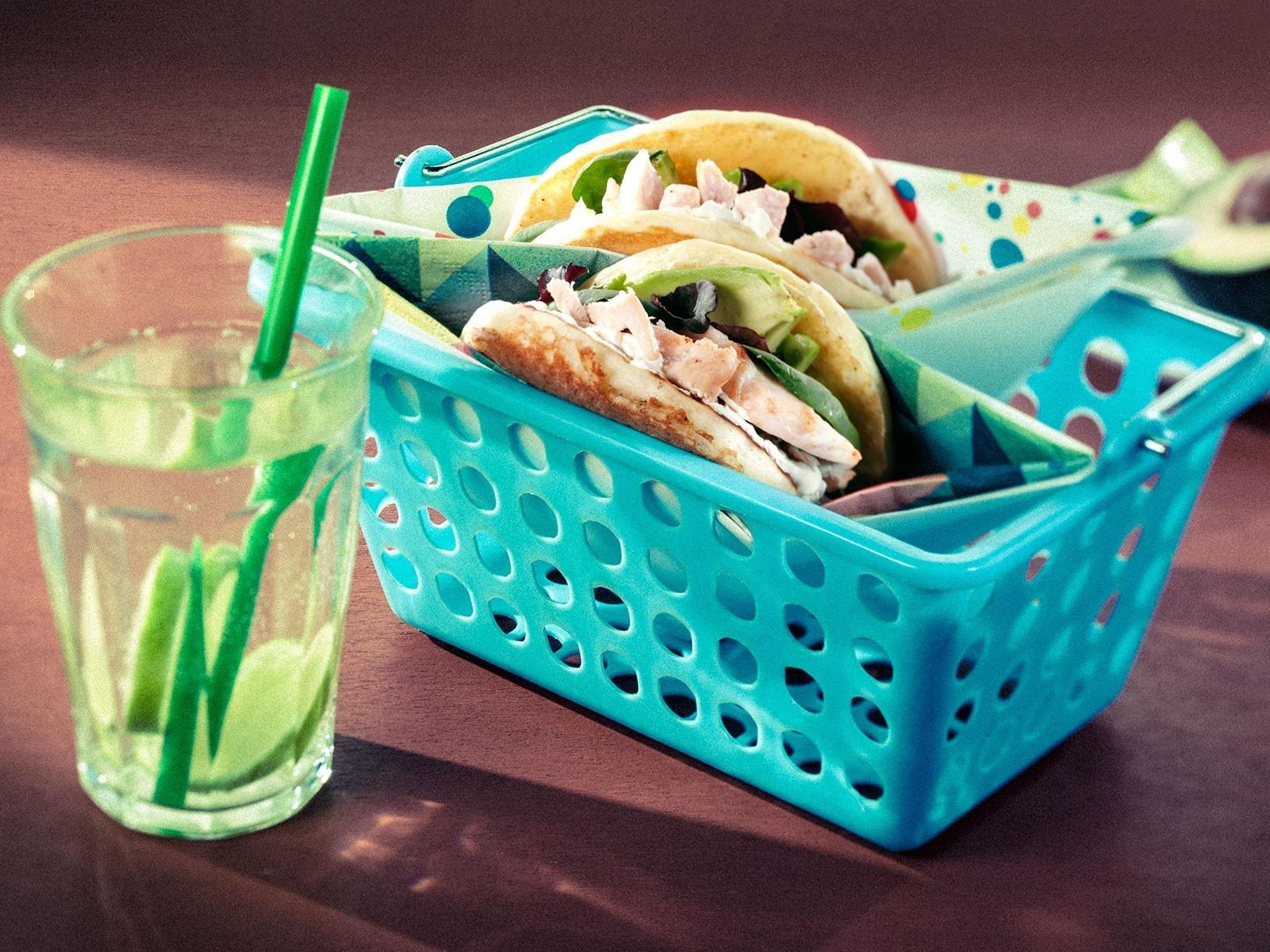 « Pancakes sandwichs » fourrés au fromage frais, avocat et salade