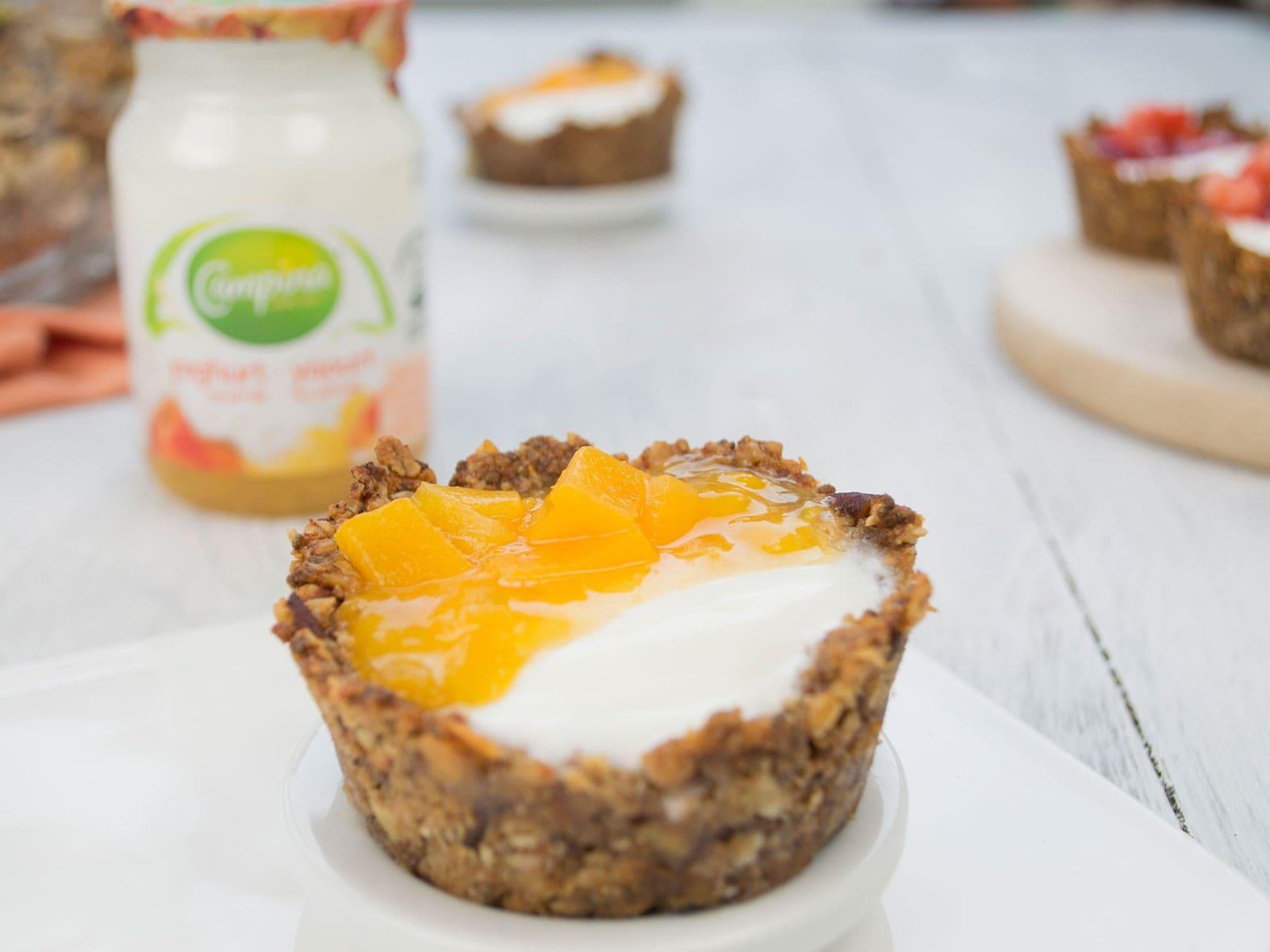 Coupes de granola au yaourt fruité