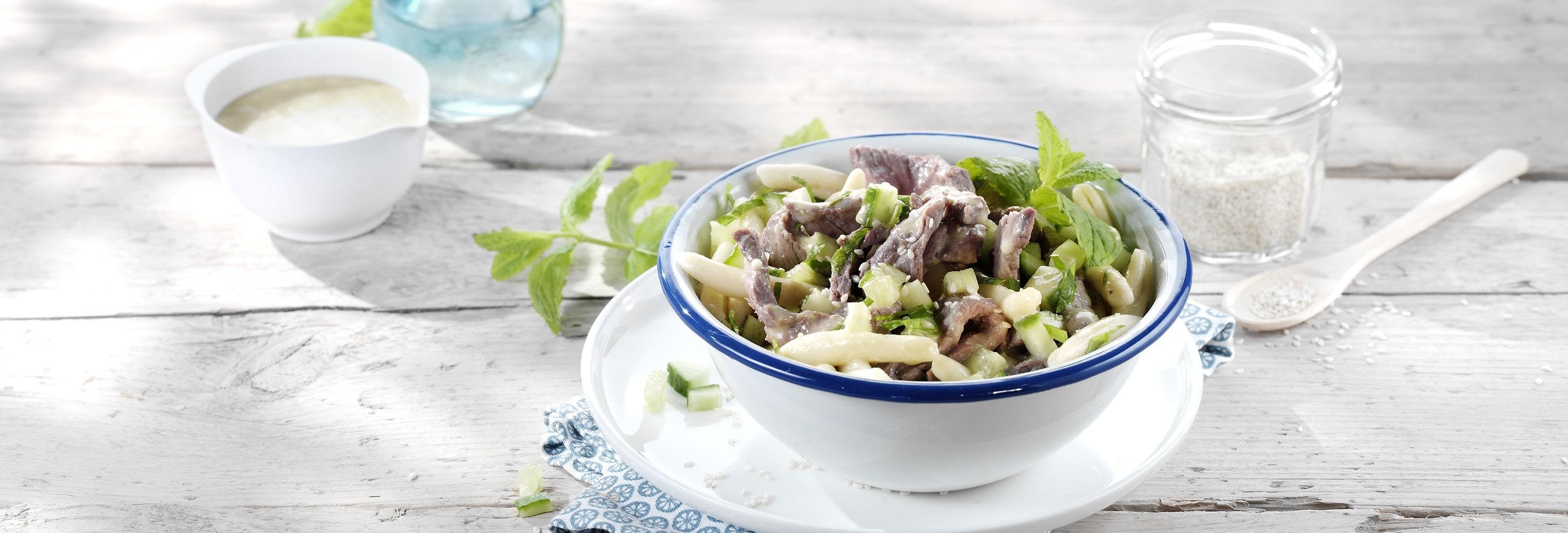 Salade de pâtes à la viande de bœuf, vinaigrette crémeuse au wasabi, concombre et menthe