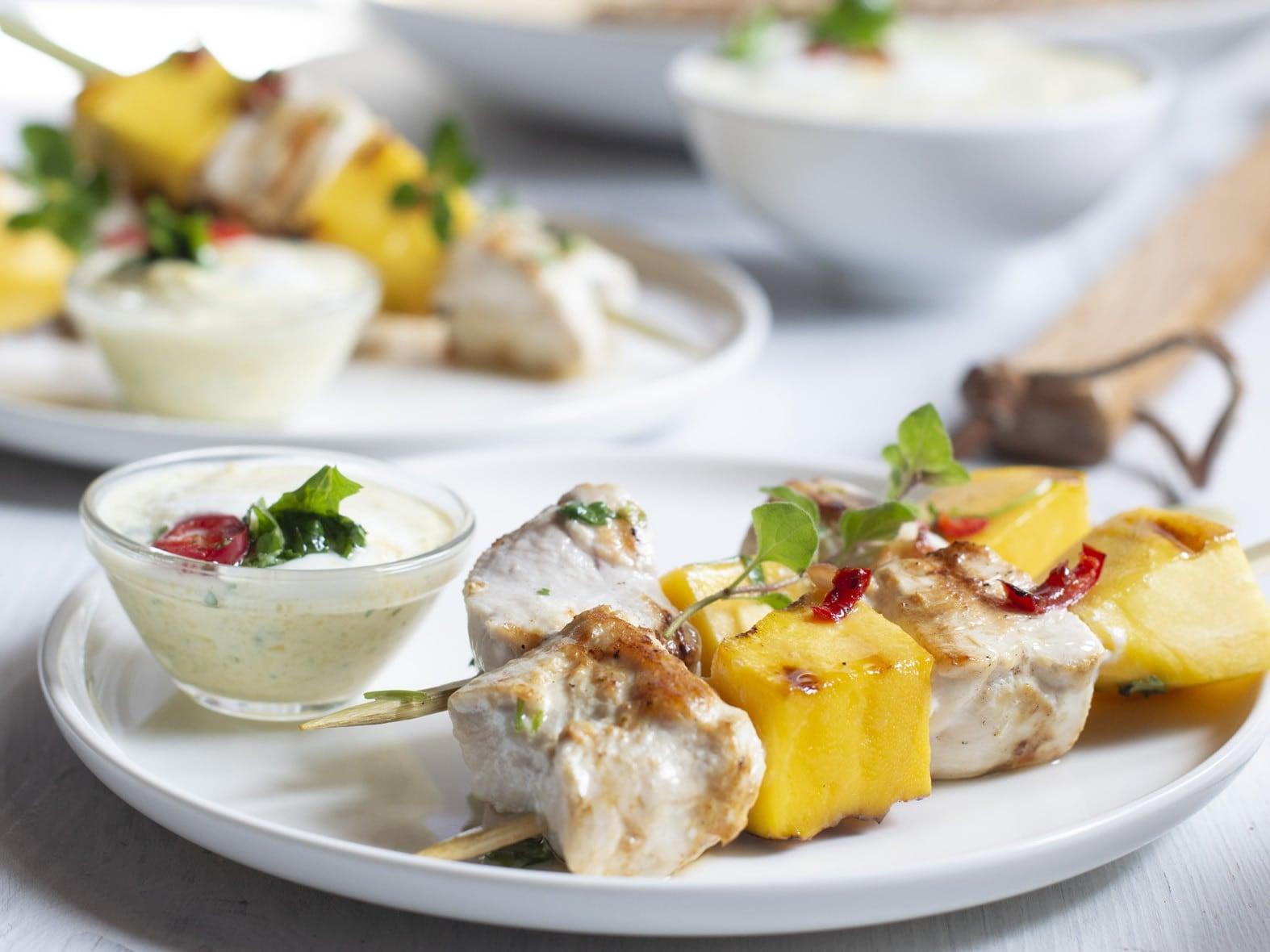 Petites brochettes de poulet thaïlandaises, mangue grillée et maquée
