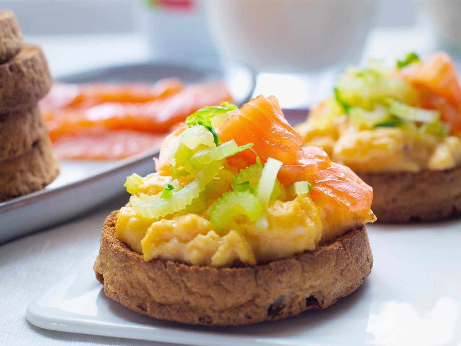 Biscotte aux œufs brouillés et saumon