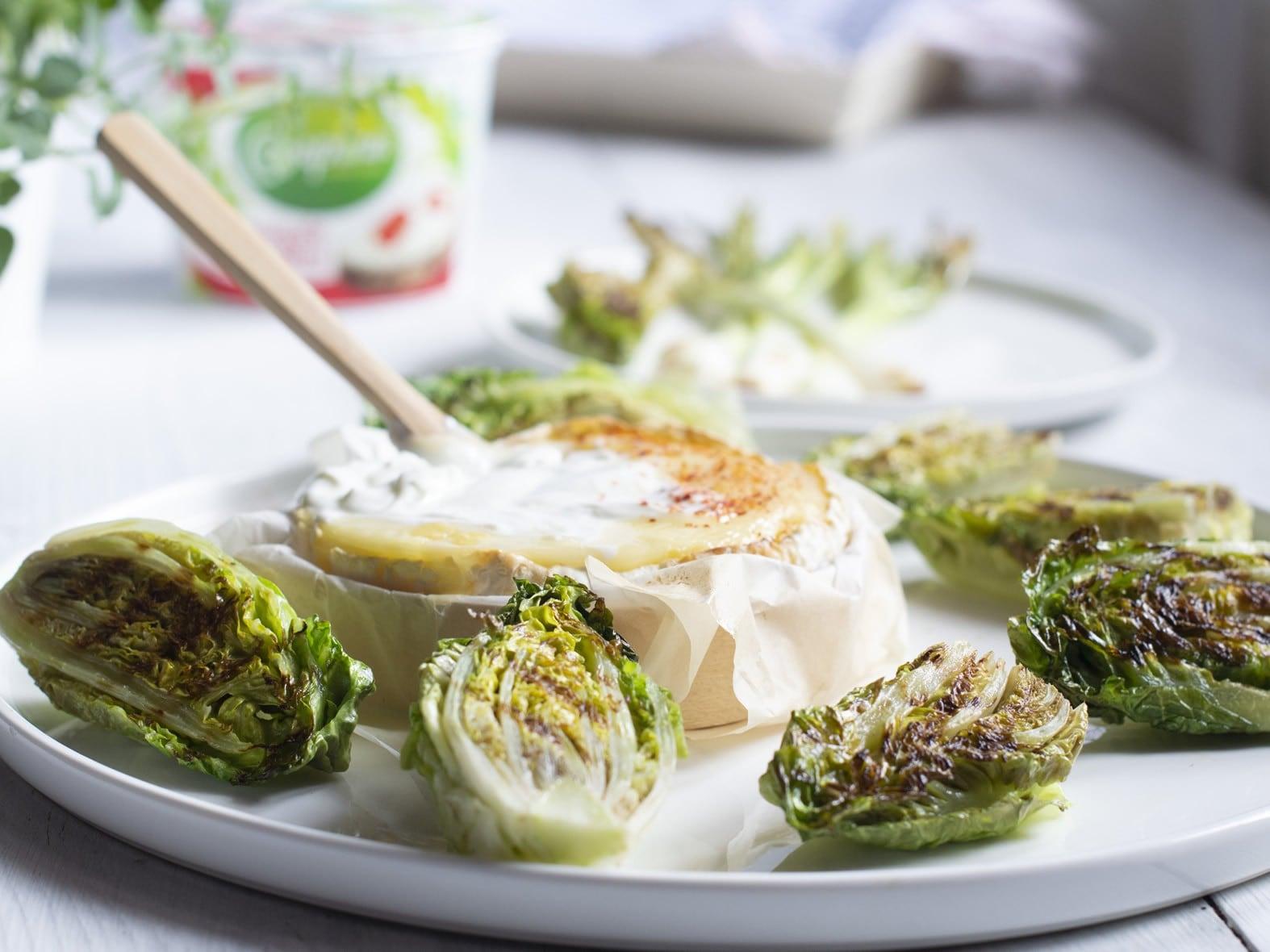 Cœurs de salade grillés à tremper dans une fondue à la maquée