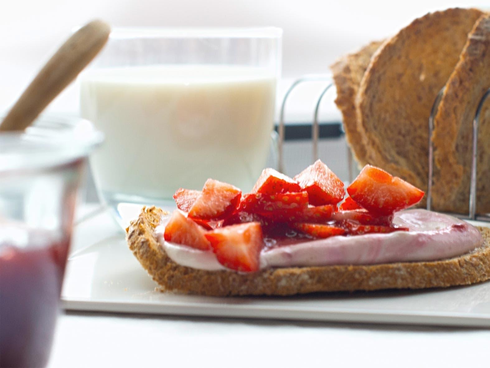Toast multicéréales à la maquée et à la fraise