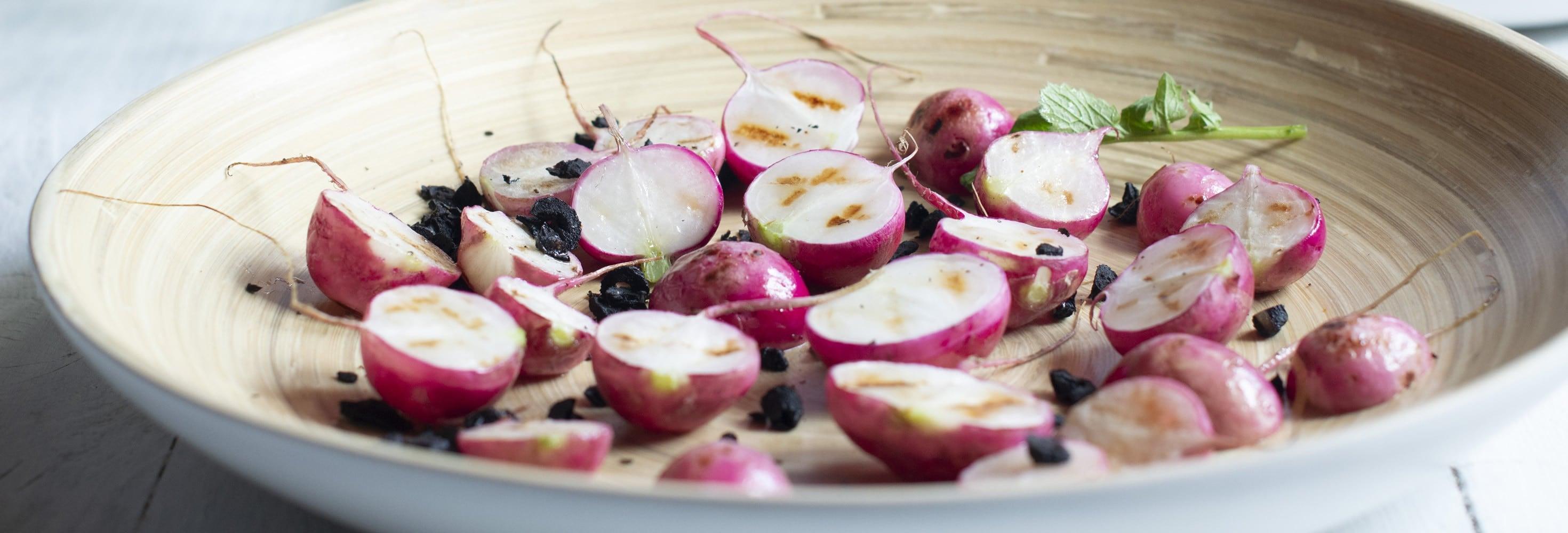 Radis grillés et crumble d'olives, dip crémeux à la maquée