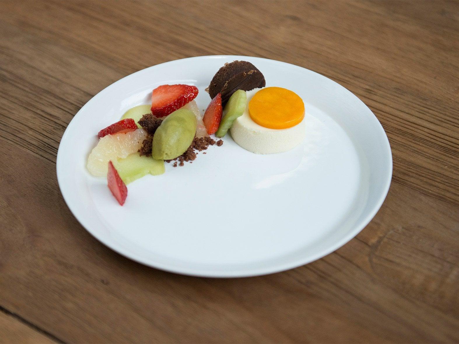 Sorbet aux asperges vertes, gâteau au fromage et biscuit au chocolat