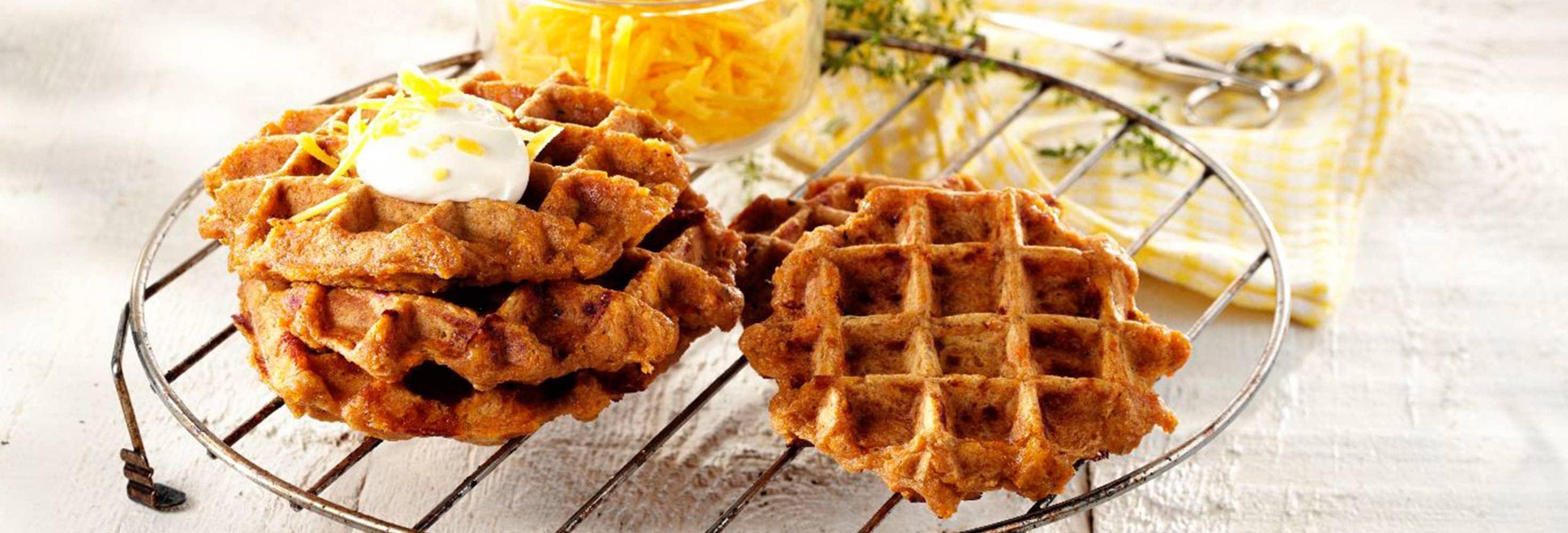Gaufres aux patates douces, à la crème sure et au cheddar